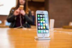 新的苹果计算机iPhone SE智能手机发射 免版税库存照片