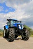 新的荷兰T7 185在显示,垂直的农业拖拉机竞争 免版税库存照片