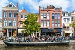 新的莱茵河运河和咖啡馆,莱顿,荷兰 免版税库存照片