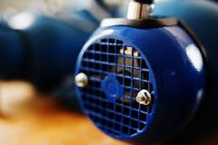 新的蓝色电动机在工作 免版税库存照片