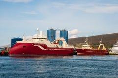 新的被修造的拖网渔船Bjorgulfur在有一艘更旧的拖网渔船的港口 免版税库存照片