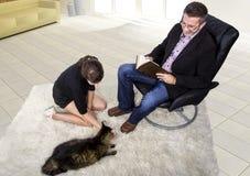 新的被采取的宠物在客厅 免版税库存图片