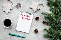 新的解决方法年 在圣诞节玩具中的笔记本和在灰色石背景顶视图的云杉的分支 库存图片