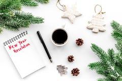 新的解决方法年 在圣诞节玩具中的笔记本和在白色背景顶视图的云杉的分支 库存图片