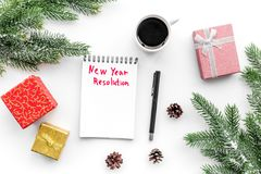 新的解决方法年 在礼物盒中的笔记本和在白色背景顶视图的云杉的分支 免版税库存照片