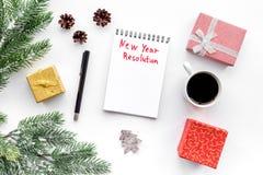 新的解决方法年 在礼物盒中的笔记本和在白色背景顶视图的云杉的分支 库存图片