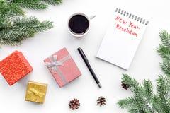 新的解决方法年 在礼物盒中的笔记本和在白色背景顶视图的云杉的分支 库存照片