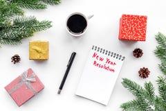 新的解决方法年 在礼物盒中的笔记本和在白色背景顶视图的云杉的分支 免版税图库摄影