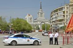 新的警车和警察在封销线站立在胜利游行在中央火车站伏尔加格勒1附近 库存照片