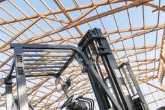 新的谷仓建设中和铲车Framming  免版税库存图片