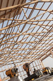 新的谷仓建设中和screwguns Framming  库存照片
