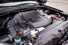 新的越野车` s引擎V-8用塑料盖 库存照片