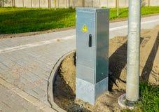 新的路灯到底电源箱子在城市 库存照片
