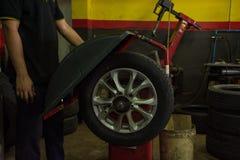 新的轮胎替换处理平衡在服务站,我的 图库摄影
