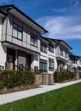 新的连栋房屋复合体 在建筑之后的全新的房子在不动产市场上 免版税库存照片