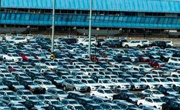 新的连续停车场在停车场工厂 车商存货股票 汽车制造业 售车行概念 免版税图库摄影