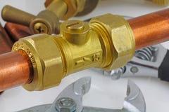 新的铜压缩管道工程管组 库存图片