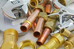 新的铜管道工程管组准备好建筑 库存照片