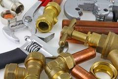 新的铜管道工程管组和配件准备好建筑 库存照片