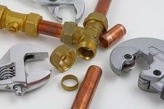 新的铜管道工程管组和配件准备好建筑 免版税图库摄影