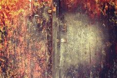 新的锁和生锈的挂锁在一个老木门与葡萄酒st 库存图片
