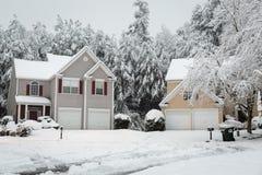 新的雪秋天在冬天森林里 图库摄影