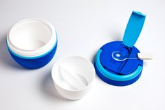 新的食物的热水瓶,塑料,蓝色与在白色背景的匙子 库存照片