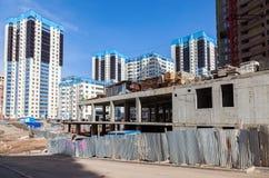 新的高公寓建设中在晴天 免版税库存照片