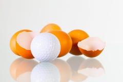 新的高尔夫球季节-鸡蛋和高尔夫球 免版税图库摄影