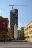 新的高层建筑投上阴影正统大教堂,地拉纳 免版税图库摄影