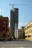 新的高层建筑投上阴影正统大教堂,地拉纳 库存图片