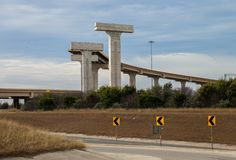 新的高的高速公路在圈410和在圣安东尼奥,得克萨斯的美国路线90的交叉点的建筑 库存照片