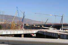 新的高速公路建设中 一条新的桥梁高速公路由混凝土和金属制成通过从大城市的交通 免版税库存照片