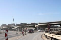 新的高速公路建设中 一条新的桥梁高速公路由混凝土和金属制成通过从大城市的交通 库存图片