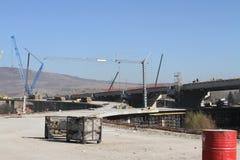 新的高速公路建设中 一条新的桥梁高速公路由混凝土和金属制成通过从大城市的交通 免版税图库摄影