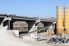 新的高速公路建设中 一条新的桥梁高速公路由混凝土和金属制成通过从大城市的交通 免版税库存图片