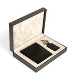 新的黑色钱包和在配件箱的匙袋 免版税库存图片