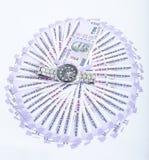 新的100卢比货币的图片与人手表的 免版税库存图片