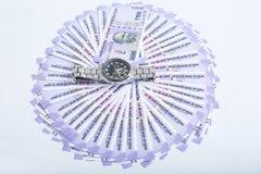 新的100卢比货币的图片与手表的 库存图片
