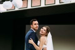 新的妻子和丈夫的快乐的第一个舞蹈 库存照片