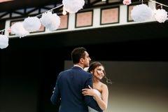 新的妻子和丈夫的第一个舞蹈 库存图片