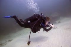 新的年轻潜水者-检查压力表 库存照片