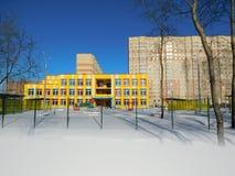 新的黄色幼儿园大厦 免版税库存图片