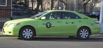 新的绿色色博罗出租汽车在布鲁克林 免版税库存照片