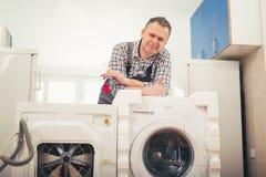 新的洗衣机和一台老瑕疵洗衣机 库存图片