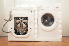 新的洗衣机和一老瑕疵 免版税库存图片