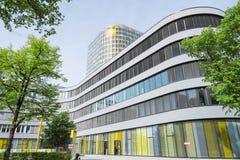 新的ADAC总部18层办公室塔在5商店上上升 免版税图库摄影