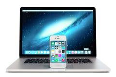 新的iOS 8 1在白色iPhone显示homescreen 免版税库存照片
