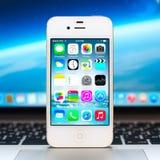 新的iOS 8 1在白色iPhone显示homescreen 免版税库存图片