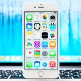 新的iOS 8 1在白色iPhone 6显示homescreen 免版税库存图片